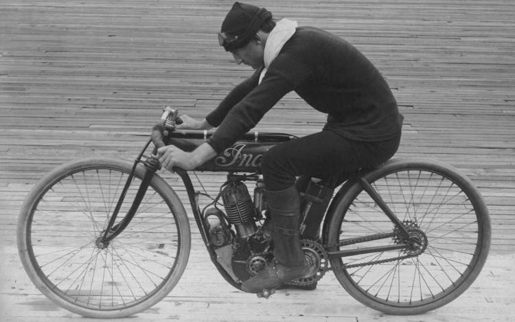 Le premier pilote moto d'usine